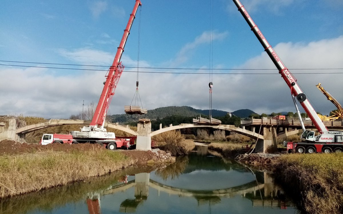 Widening of a concrete arch bridge over the Llobregat River in Cabrianes